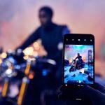 Номи, таен агент от новия филм за Джеймс Бонд, е уловена… със смартфон